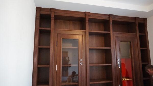 Элитная библиотека охотника со встроенным оружейным сейфом-витриной с бронестеклом.