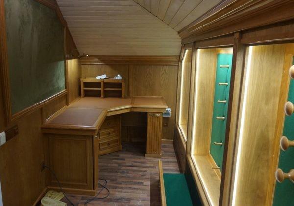 Элитная оружейная комната охотника кабинет-мастерская.